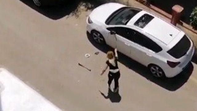 Öfkeli kadın, park halindeki otomobile demir çubukla böyle saldırdı